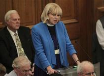 La Iglesia de Inglaterra votó el martes en contra de la legislación que permitiría la ordenación de mujeres obispo, en la culminación de un debate divisivo iniciado hace una década. En la imagen, la sacerdote Rosie Harper habla en la Asamblea, drante una reunión del Sínodo General de la Iglesia de Inglaterra en Londres, el 20 de noviembre de 2012. Mok/POOL