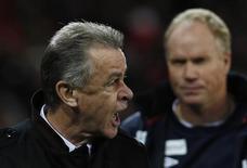El seleccionador de Suiza, Ottmar Hitzfeld, ha sido sancionado por la FIFA con dos partidos de suspensión por realizar un gesto obsceno al árbitro tras el partido de clasificación para el Mundial 2014 de su equipo ante Noruega el pasado octubre. En la imagen, Hitzfeld protesta al árbitro tras la primera parte del partido entre Suiza y Noruega de clasificación para el Mundial el pasado 12 de octubre. REUTERS/Pascal Lauener