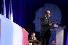<p>Devant le congrès des maires de France, François Hollande a invité les édiles de France à contribuer à l'effort général de réduction des dépenses publiques, qui représentent 57% de la richesse nationale. /Photo prise le 20 novembre 2012/REUTERS/Kenzo Tribouillard/Pool</p>