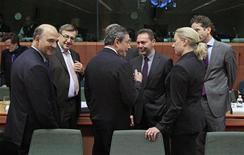 Ministros das Finanças da UE conversam durante reunião do Eurogroup em Bruxelas, Bélgica. Os ministros das Finanças da zona do euro devem aprovar a próxima parcela do empréstimo à Grécia nesta terça-feira, apesar de ser improvável que o dinheiro seja desembolsado antes de dezembro e que o acordo sobre a redução da dívida precise de mais negociações. 20/11/2012 REUTERS/Yves Herman