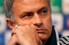 Mourinho dijo el martes que no cree que el Manchester City, que se adelantó en dos ocasiones en la victoria del Real Madrid en el partido de ida en el Bernabéu por 3-2 en septiembre, tenga ya opciones para clasificarse para octavos de final en la Champions, en la rueda de prensa previa al partido que enfrentará a ambos equipos el miércoles. En la imagen, el técnico del Real Madrid, José Mourinho, en una rueda de prensa en el estadio Etihad de Manchester City, en Manchester, el 20 de noviembre de 2012. REUTERS/Phil Noble