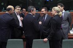 <p>Le ministre français des Finances Pierre Moscovici, son homologue Belge Steven Vanackere, le président de la BCE Mario Draghi, le commissaire aux Affaires économiques et monétaires Olli Rehn, le ministre des Finances grec Yannis Stournaras et son homologue finlandaise Jutta Urpilainen (de gauche à droite). Réunis à Bruxelles pour une réunion de l'Eurogroupe, les ministres des Finances de la zone euro pourraient décider d'accorder un moratoire de dix ans à la Grèce sur le versement des intérêts des prêts consentis à Athènes, ce qui pourrait permettre à la République hellénique d'économiser 44 milliards d'euros. /Photo prise le 20 novembre 2012/REUTERS/Yves Herman</p>