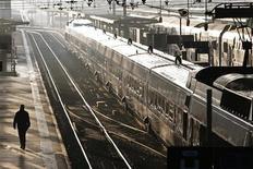 <p>La SNCF va dévoiler dans les prochains jours un plan d'économies visant à réduire ses coûts de 200 à 300 millions d'euros, a-t-on appris mardi auprès du groupe ferroviaire confirmant une information du quotidien Les Echos. /Photo prise le 25 octobre 2012/REUTERS/Charles Platiau</p>