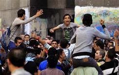 Al menos 61 personas han resultado heridas en el centro de El Cairo, algunas con heridas de bala, en enfrentamientos entre policía y manifestantes en el aniversario de la violencia registrada en las calles el año pasado entre activistas y fuerzas de seguridad. En la imagen, gente protestando en el primer aniversario de los enfrentamientos mortales en la calle Mohamed Mahmud, cerca del Ministerio del Interior en El Cairo, el 20 de noviembre de 2012. REUTERS/Mohamed Abd El Ghany