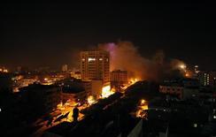 <p>Frappe aérienne à Gaza. Israël n'a toujours pas répondu aux propositions qui lui ont été faites et il faudra attendre mercredi pour espérer un cessez-le-feu à Gaza, selon un dirigeant du mouvement Hamas. Quelques heures auparavant, Israël avait démenti le principe d'un cessez-le-feu négocié par l'Egypte qui devait entrer en vigueur à minuit heure locale. /Photo prise le 20 novembre 2012/REUTERS/Mohammed Salem</p>