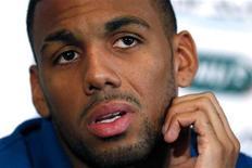 <p>Le milieu de terrain du Stade Rennais Yann M'Vila souffre d'une entorse au genou droit, annonce mardi le club de Ligue 1, sans préciser la durée de son indisponibilité. /Photo prise le 16 juin 2012/REUTERS/Charles Platiau</p>