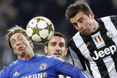 <p>Duel aérien entre Fernando Torres de Chelsea (à gauche) et Andrea Barzaglio de la Juventus. En s'inclinant lourdement à Turin (3-0), Chelsea, le tenant du titre de la Ligue des champions, a presque dit adieu mardi soir à une qualification pour les huitièmes de finale. /Photo prise le 20 novembre 2012/REUTERS/Alessandro Garofalo</p>