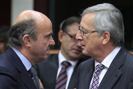 Luxembourg's Prime Minister and Eurogroup chairman Jean-Claude Juncker (R) talks with Spain's Economy Minister Luis de Guindos (L) at a Eurogroup meeting in Brussels November 20, 2012. REUTERS/Yves Herman
