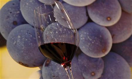 A glass of red wine is displayed at Vinitaly wine expo in Verona, April 8, 2011. REUTERS/Stefano Rellandini/Files