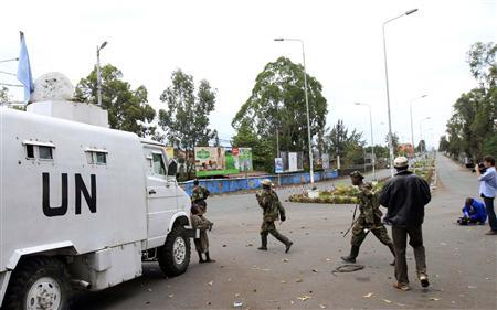 Congolese Revolution Army (CRA) rebels walk past a United Nations (U.N.) patrol truck parked along a street in Goma in the eastern Democratic Republic of Congo (DRC), November 20, 2012, soon after capturing the city from the government army. REUTERS/James Akena