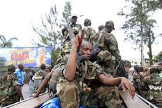 <p>Rebelles dans Goma, dans l'est de la République démocratique du Congo (RDC). Le Conseil de sécurité de l'Onu a adopté mardi à l'unanimité une résolution proposée par la France, qui condamne la prise de Goma par les rebelles du M23, et envisage de nouvelles sanctions contre ses dirigeants. /Photo prise le 20 novembre 2012/REUTERS/James Akena</p>