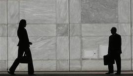 <p>Le nombre de déclarations d'embauche de plus d'un mois de l'ensemble des secteurs de l'économie française, hors intérim, a diminué de 2,4% en octobre, selon les données CVS-CJO du dernier baromètre Acoss-Urssaf publié mercredi. /Photo d'archives/REUTERS/Luke MacGregor</p>