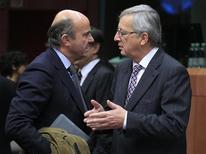 Los prestamistas internacionales de Grecia no lograron por segunda semana consecutiva ponerse de acuerdo sobre cómo bajar la deuda de Atenas a un nivel sostenible y llevarán a cabo un tercer intento por resolver el problema dentro de seis días. En la imagen, el primer ministro de Luxemburgo y presidente del Eurogrupo, Jean-Claude Juncker (D) habla con el ministro español de Economía en Bruselas, el 20 de noviembre de 2012. REUTERS/Yves Herman
