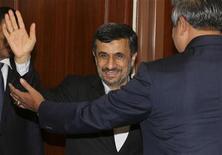 Responsables de seis potencias mundiales se reunirán el miércoles en Bruselas para planificar una posible nueva ronda de negociaciones con Irán, en el más reciente esfuerzo por resolver una disputa de una década por su programa nuclear y evitar la amenaza de un conflicto militar. En la imagen, el presidente iraní, Mahmud Ahmadineyad (I) es saludado por homólogo indonesio Susilo Bambang durante una reunión en Nusa Dua, Bali, el 9 de noviembre de 2012. REUTERS/Murdani Usman
