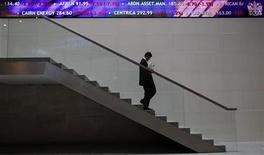 Человек спускается по лестнице в здании Лондонской фондовой биржи 1 ноября 2011 года. Европейские акции снижаются в среду из-за опасений по поводу Греции, возобновившихся после того, как международные кредиторы не смогли договориться о выплате очередной порции средств обремененной долгами экономике. REUTERS/Andrew Winning