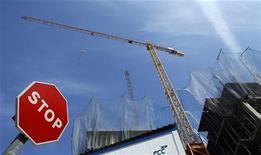 <p>Le gouverneur de la Banque d'Espagne, Luis Maria Linde, a déclaré mercredi qu'il ne voyait aucun signe de reprise économique pour les prochains trimestres, ce qui pourrait empêcher Madrid d'atteindre ses objectifs de réduction du déficit budgétaire cette année et l'an prochain. /Photo d'archives/REUTERS/Marcelo del Pozo</p>