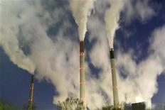 Las conversaciones para un nuevo tratado sobre el cambio climático que tendrán lugar en Qatar la próxima semana no avanzarán a menos que los países ricos prometan recortes de las emisiones de gases de efecto invernadero más ambiciosos, dijeron los cuatro principales países en vías de desarrollo. En la imagen, de archivo, los humos expulsados por una empresa, precisamente el objetivo de lucha contra el cambio climático. REUTERS/Ina Fassbender