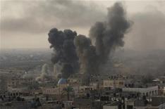 Coluna de fumaça é vista após ataque aéreo israelense contra a Faixa de Gaza nesta quarta-feira. 21/11/2012 REUTERS/Ibraheem Abu Mustafa