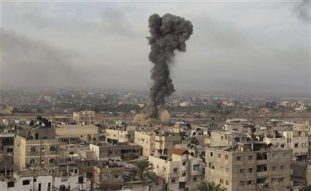 Smoke is seen after what witnesses said was an Israeli air strike on tunnels in the border of southern Gaza Strip November 21, 2012. REUTERS/Ibraheem Abu Mustafa