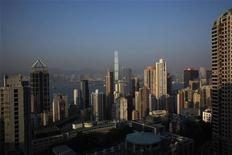 """<p>Le quartier du """"Western district"""" de Hong Kong. Connu pour les poussées spéculatives de son marché immobilier, Hong Kong est aujourd'hui confronté à un risque sans précédent : celui de la formation d'une bulle financière sur les places de parking. Un investisseur a récemment accepté de débourser 100 millions de dollars de Hong Kong (10,1 millions d'euros) pour 34 places de stationnement dans un immeuble de bureaux du quartier. /Photo d'archives/REUTERS/Bobby Yip</p>"""
