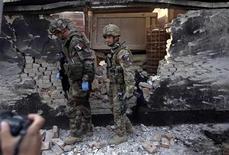 Soldados da Otan inspecionam local após ataque suicida matar duas pessoas em Cabul, capital do Afeganistão. 21/11/2012 REUTERS/Omar Sobhani