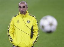 El Chelsea ha puesto fin a su relación con el entrenador Roberto Di Matteo justo seis meses después de que el italiano llevara al club londinense a la conquista de su primer título de Liga de Campeones. En la imagen, Di Matteo en un entrenamiento en Turín el 19 de noviembre de 2012. REUTERS/Alessandro Garofalo