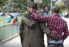 <p>Le gouvernement français a démenti mercredi tout recul sur l'instauration du droit au mariage pour les homosexuels, malgré les critiques concernant la possibilité pour les maires qui y seraient opposés de ne pas les célébrer eux-mêmes. Selon un communiqué publié mercredi, ces élus pourraient déléguer la célébration du mariage à un autre membre du conseil municipal mais pas refuser son principe. /Photo prise le 1er octobre 2012/REUTERS/Régis Duvignau</p>