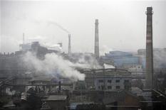 Fábrica de carvão coque expele fumaça em Hefei, na província de Anhui, China. As negociações da semana que vem no Catar acerca de um novo tratado climático global não irão avançar enquanto os países ricos não prometerem cortes mais ambiciosos nas suas emissões de gases do efeito estufa, disseram quatro grandes nações emergentes. 02/03/2012