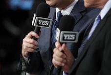 Símbolo da YES Network são vistos nos microfones dos locutores Ian Eagle (E) e Mike Fratello (D) antes de jogo de basquete, em Los Angeles. A News Corp, de Rupert Murdoch, firmou acordo para adquirir uma participação de 49 por cento na YES Network, do time de baseball New York Yankees e seus parceiros, garantindo maior presença no amplo mercado televisivo norte-americano. 20/11/2012 REUTERS/Danny Moloshok