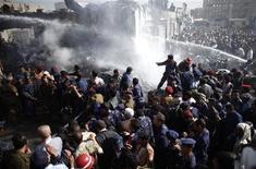 Bombeiros tentam apagar incêndio após queda de avião em Sanaa, capital do Iêmen. 21/11/2012 REUTERS/ Khaled Abdullah