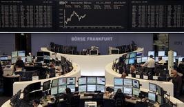 <p>Les Bourses européennes sont repassées légèrement dans le vert à mi-séance, à l'exception de Londres, malgré les incertitudes provoquées par l'échec des discussions entre les ministres des Finances de la zone euro, les représentants du FMI et de la BCE sur la réduction de la dette grecque. A Paris, le CAC 40 gagne 0,16% vers 12h55, tandis qu'à Francfort, le Dax progresse de 0,11%. /Photo prise le 21 novembre 2012/REUTERS/Remote/Amanda Andersen</p>