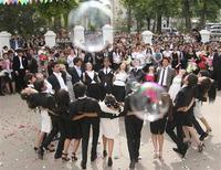 Таджикские учащиеся празднуют последний день занятий в Душанбе 25 мая 2012 года. За год до президентских выборов власти ограничили доступ учащейся молодежи к западным источникам знаний, побуждающих к критическим оценкам. REUTERS/Nozim Kalandarov