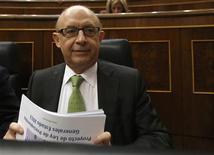 El déficit del Estado español se situó en los primeros 10 meses del año en 3,92 por ciento del Producto Interior Bruto (PIB) y estaba en línea con el objetivo de reducción del déficit fijado para 2012, dijo el ministro de Hacienda, Cristóbal Montoro. En la imagen, Montoro en el Parlamento, el 24 de octubre de 2012. REUTERS/Andrea Comas