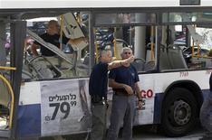 La secretaria de Estado estadounidense, Hillary Clinton, trabajaba el miércoles para lograr una tregua en Gaza, pese a que Israel y el grupo palestino Hamás estaban enfrentados sobre los términos de un eventual alto el fuego, mientras aviones del Estado judío atacaban el enclave y un autobús estalló en Tel Aviv. En la imagen, unos policías israelíes junto al autobús dañado en Tel Aviv, el 21 de noviembre de 2012. REUTERS/Nir Elias