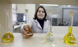 <p>Une accélération des fusions dans le secteur de la chimie est probable en 2013. Les entreprises cherchent à diversifier leurs portefeuilles vers des produits à plus forte valeur ajoutée et à accéder à des marchés porteurs tels que l'Asie ou les Etats-Unis. /Photo d'archives/REUTERS/Bruno Domingos</p>