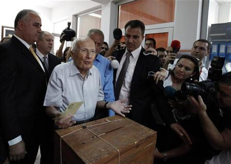 Turkey's former (7th) President Kenan Evren gestures as he casts his vote during a referendum in Ankara September 12, 2010. REUTERS/Umit Bektas