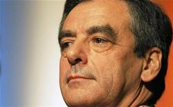 <p>François Fillon a annoncé mercredi qu'il ne déposerait pas de recours contre le résultat de l'élection à la présidence de l'UMP, dont il affirme qu'il est faux en l'absence de 1.304 suffrages non pris en compte et a demandé à Alain Juppé de prendre transitoirement la tête du parti. /Photo prise le 14 novembre 2012/REUTERS/Régis Duvignau</p>