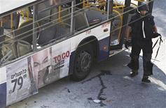 El estallido de una bomba el miércoles en un autobús en Tel Aviv complicaba los esfuerzos de la secretaria de Estado estadounidense, Hillary Clinton, para forjar un tregua esquiva entre Israel y Hamás, mientras el primero atacaba por aire la Franja de Gaza. En la imagen, un experto israelí en explosivos en el lugar de la explosión en el autobús en Tel Aviv el 21 de noviembre de 2012. REUTERS/Nir Elias
