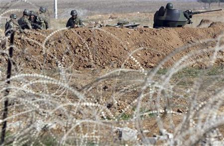 Turkish soldiers take up position, near the border with Syria, at the Turkish border town of Ceylanpinar, Sanliurfa province November 20, 2012. REUTERS/Amr Abdallah Dalsh (TURKEY - Tags: POLITICS CONFLICT MILITARY TPX IMAGES OF THE DAY)