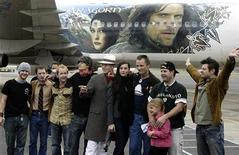 """Foto de arquivo mostra atores do elenco do filme """"Senhor dos Anéis"""" em Wellington, nos EUA. A entidade Tolkien Estate, que gere os espólios do autor de """"O Senhor dos Anéis"""", J.R.R. Tolkien, e a editora HarperCollins entraram com um processo de 80 milhões de dólares contra os estúdios da Warner Bros por causa do licenciamento de personagens e tramas em jogos e apostas online baseados nos filmes. 02/12/2003 REUTERS/Stringer"""