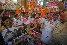Membros da principal oposição da Índia comemoram após o país enforcar Mohammad Ajmal Kasab em Mumbai. A Índia executou secretamente o último sobrevivente de um esquadrão militante que matou 166 pessoas num ataque realizado há quatro anos em Mumbai. 21/11/2012 REUTERS/Danish Siddiqui