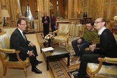 """<p>François Hollande reçoit deux responsables de l'association LGBT (Lesbiennes, Gays, Bi et Trans de France) à l'Elysée. Le chef de l'Etat a retiré mercredi l'expression """"liberté de conscience"""" pour les élus appelés à célébrer les mariages homosexuels, qui a entraîné un malaise à gauche et la colère des associations. /Photo prise le 21 novembre 2012/REUTERS/Benoit Tessier</p>"""