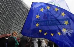 Los líderes de la Unión Europea tendrán que lograr un consenso sobre el primer recorte a largo plazo en los planes de gasto del bloque antes de aprobar un acuerdo sobre el presupuesto en una cumbre que empezará el jueves, donde es posible que el impulso a la austeridad eclipse el resto de las preocupaciones. En la imagen, empleados de instituciones de la Unión Europea durante una protesta ante la sede de la Comisión Europea el 21 de noviembre de 2012. REUTERS/Yves Herman