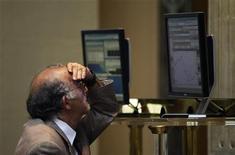 El selectivo español Ibex-35 cerró el miércoles con avances al retornar al mercado esperanzas de que el Eurogrupo alcanzará el próximo lunes un acuerdo para liberar un nuevo tramo de ayuda a Grecia después de no llegar a un acuerdo anoche. En la imagen, un operador mira una pantalla de ordenador mira la pantalla en la bolsa de Madrid, el 2 de agosto de 2012. REUTERS/Susana Vera