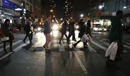 Shoppers cross 6th Avenue as the busy holiday shopping season begins in New York, November 17, 2012. REUTERS/Carlo Allegri