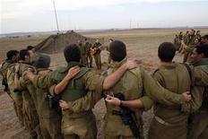 Israel y el grupo islámico Hamás acordaron el miércoles un alto el fuego en el conflicto en Gaza, dijo una fuente palestina con conocimiento de las negociaciones. En la imagen, soldados israelíes escuchan una canción en su destacamento cerca de la Franja de Gaza, el 21 de noviembre de 2012. REUTERS/Darren Whiteside