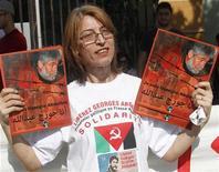 <p>Partisans de Georges Ibrahim Abdallah près de la résidence officielle de l'ambassadeur de France à Beyrouth. Un tribunal d'application de peines de Paris a accepté mercredi la libération conditionnelle de cet activiste libanais, condamné à perpétuité et emprisonné depuis 28 ans pour des assassinats, mais le parquet a aussitôt fait appel. /Photo prise le 4 novembre 2012/REUTERS/Sharif Karim</p>