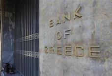 <p>La Banque centrale européenne (BCE) a donné mercredi un satisfecit au plan de recapitalisation des banques grecques, volet essentiel du plan de sauvetage financier de la Grèce. Le plan s'applique aux quatre principales banques grecques, la Banque nationale de Grèce, Alpha Bank, Eurobank et la Banque du Pirée. /Photo prise le 29 août 2012/REUTERS/John Kolesidis</p>