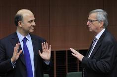 <p>Le ministre français de l'Economie Pierre Moscovici (à gauche) en discussions à Bruxelles avec le président de l'Eurogroupe Jean-Claude Juncker. Les ministres des Finances de la zone euro et les représentants du Fonds monétaire international (FMI) et de la Banque centrale européenne (BCE) se sont séparés mercredi matin sans avoir trouvé d'accord sur les moyens à mener pour réduire la dette grecque à un niveau soutenable de 120% du PIB, d'ici 2020. /Photo prise le 20 novembre 2012/REUTERS/Yves Herman</p>