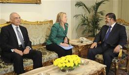 Da esquerda para a direita: o chanceler egípcio, Mohamed Kamel Amr; a secretária de Estado dos EUA, Hillary Clinton; e o presidente do Egito, Mohamed Mursi reúnem-se no palácio presidencial em Cairo, no Egito. 21/11/2012 REUTERS/Presidência do Egito/Divulgação